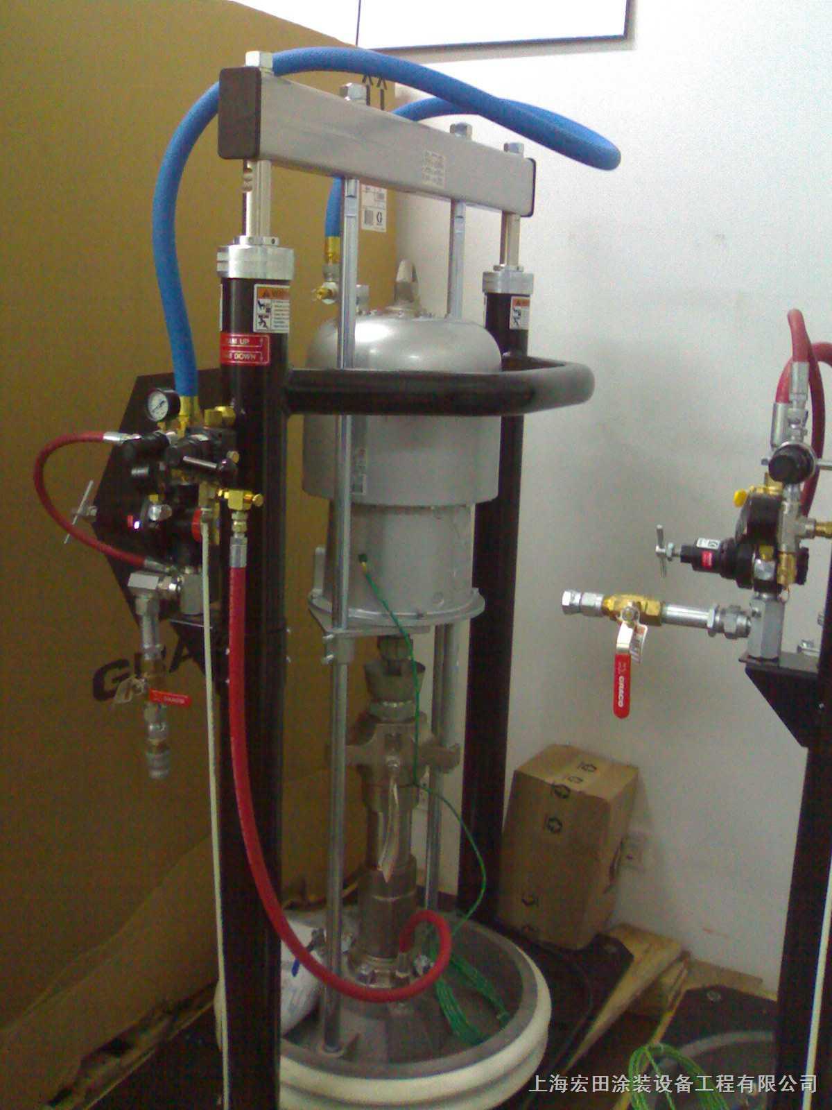 GRACO气动柱塞泵触液体部件均由优质不锈钢制成,密封部件有皮革、高分子聚合物以及特氟龙等多种材料可供选择和组合,以适合性质不同的液体,从水性或油性的油漆涂料到各种粘度的胶水以及食品行业的果酱和番茄酱等等。GRACO气动柱塞泵可以直接插进桶中进行抽吸,可将液体彻底泵送干净